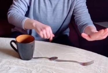 Фото №1 - Выразительный трюк: забросить ложку в кружку вилкой (видео)