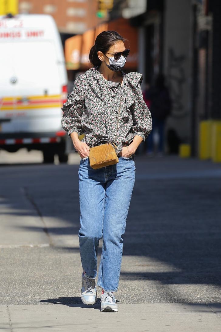 Фото №1 - С чем носить джинсы этой весной? С цветочной блузой как Кэти Холмс