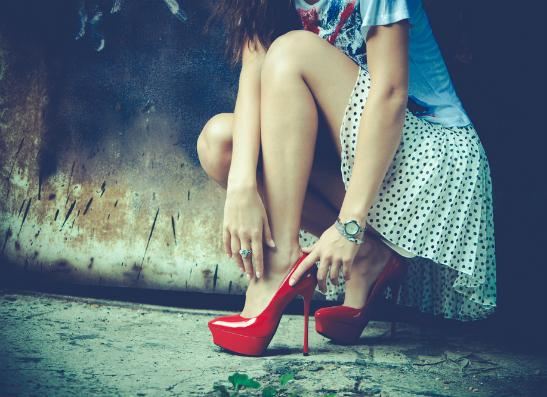 Красные туфли на высоком каблуке