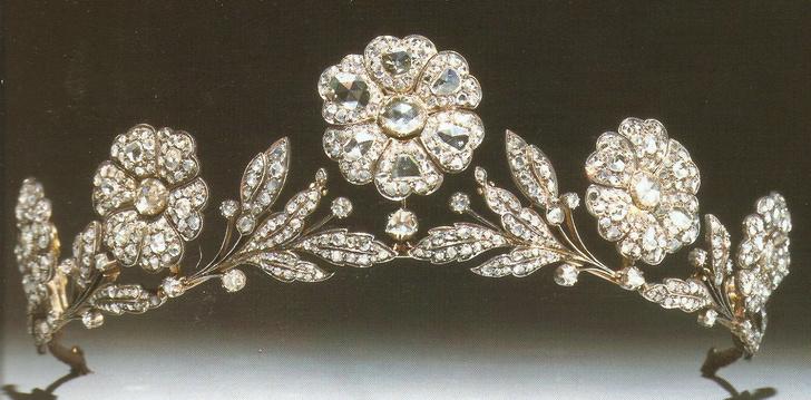 Фото №10 - Какую тиару Елизавета II одолжит Меган Маркл на свадьбу: делаем ставки