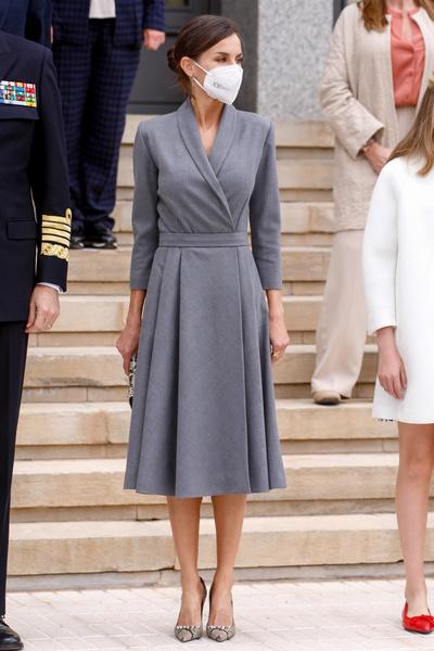 Фото №1 - Сдержанная элегантность: королева Летиция показала идеальное летнее платье для офиса