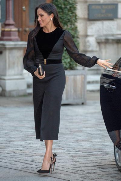 Фото 15. Идеальное романтичное платье для Меган выглядит так: угольная вставка на груди + мягкая волна в рукавах.