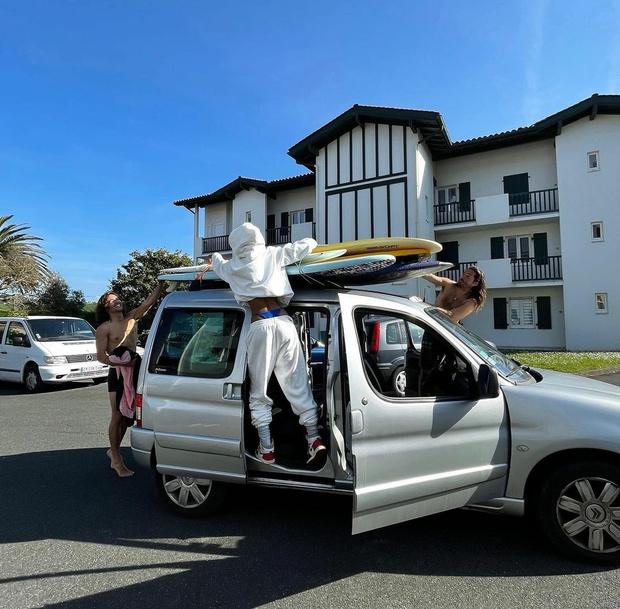 Фото №1 - Бикини наружу: Тина Кунаки показала, как эффектно носить спортивный костюм, чтобы вас запомнили