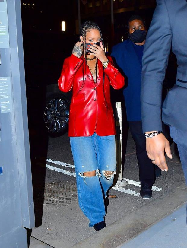 Фото №1 - Джинсы мечты и красный кожаный пиджак на голое тело: Рианна выбирает Gucci
