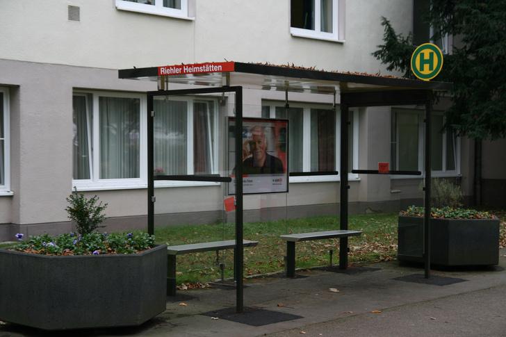 Фото №1 - Зачем в Германии существуют поддельные автобусные остановки?