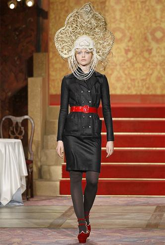 Фото №12 - Сумка-муфта и духи-деготь: как дом Chanel заставил мир полюбить Россию