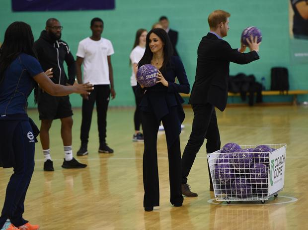 Фото №1 - Спорт на шпильках: герцогиня Меган слишком элегантна?