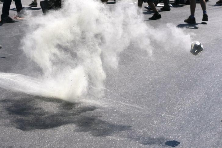 Фото №1 - Лайфхак: что делать с последствиями воздействия слезоточивого газа