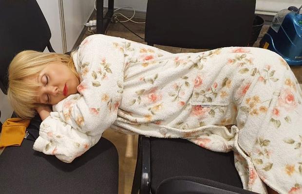 Фото №2 - Пригожин выложил в сеть фото спящей на стульях Валерии