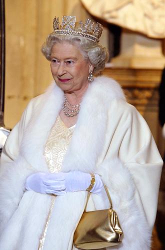 Фото №21 - Как отличить Королеву: каблук 5 см, сумка Launer, яркое пальто и никаких брюк