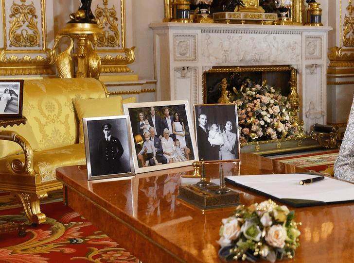 Фото №3 - Семейный конфликт или случайность: Королева убрала фото Гарри и Меган со столика