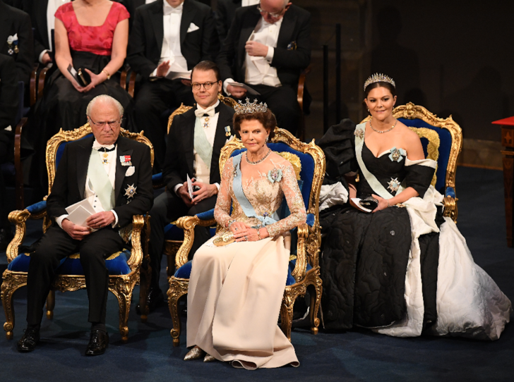 Фото №1 - Парад тиар в Стокгольме: шведская королевская семья на вручении Нобелевской премии