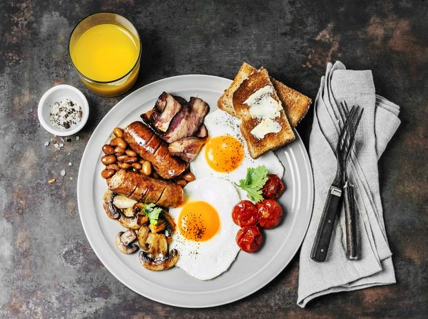 Фото №1 - Как готовить традиционный английский завтрак: рецепт с историей (и без овсянки)