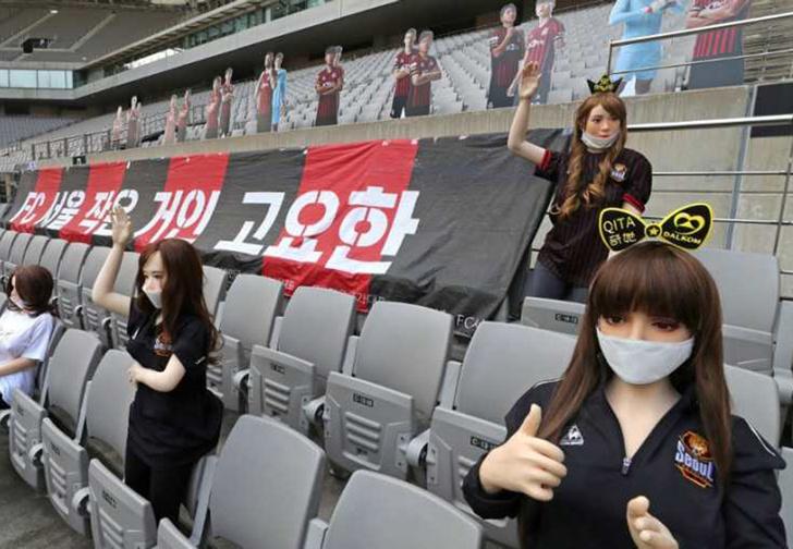 Фото №1 - Футбольный клуб из Южной Кореи рассадил на трибунах секс-кукол, чтобы создать эффект зрителей (фото)