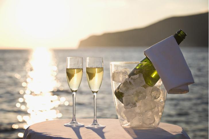 Фото №1 - Названа лучшая форма бокалов шампанского