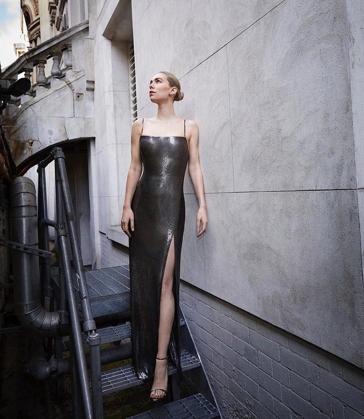 Фото №1 - Ожившая статуя: Ванесса Кирби в платье Atelier Versace из металлической сетки