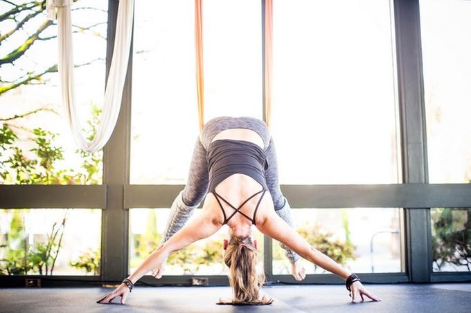 Вниз головой: антигравити-йог как средство против стресса