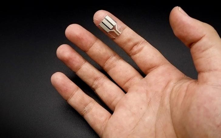 Фото №1 - Ученые создали «пластырь», генерирующий энергию из пота на кончиках пальцев