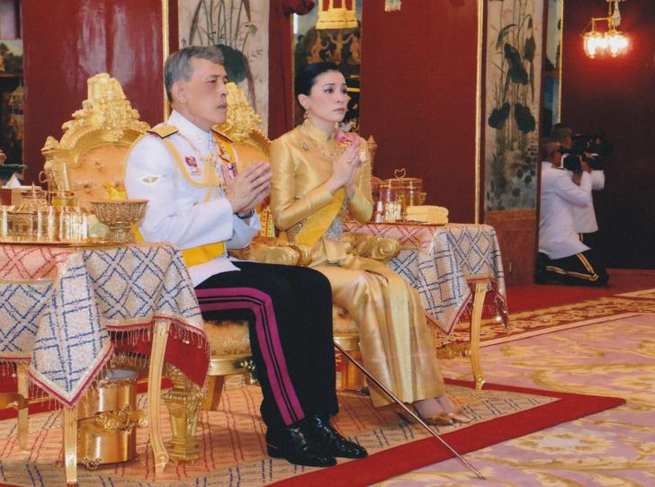 Фото №2 - Король Таиланда продолжает «чистку» во дворце
