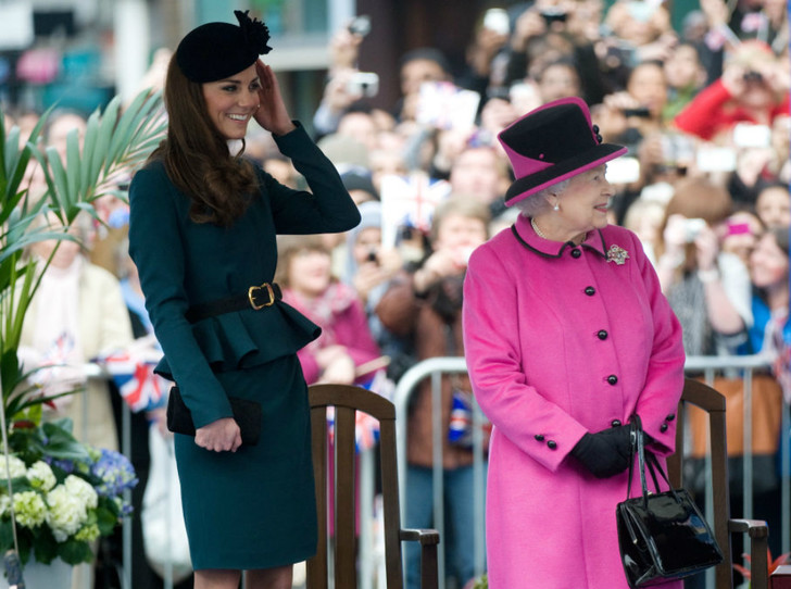 Фото №4 - Долгожданный дуэт: герцогиня Кембриджская и Елизавета II вместе вышли на работу