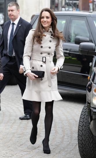 Фото №2 - Выбирая классику: как королевские особы носят тренчи