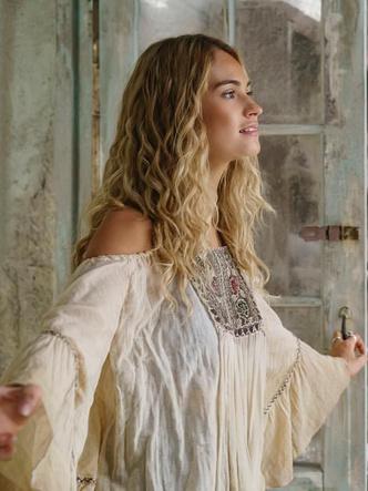 Фото №2 - 5 лучших fashion-образов из фильма «Mamma mia!» для тех, кто не готов прощаться с летом