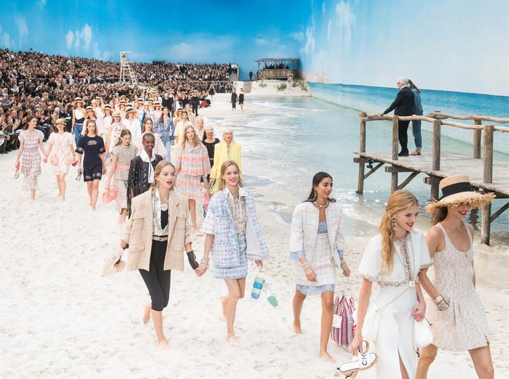 Фото №1 - Босиком по песку: грандиозное шоу Chanel SS 2019 на пляже