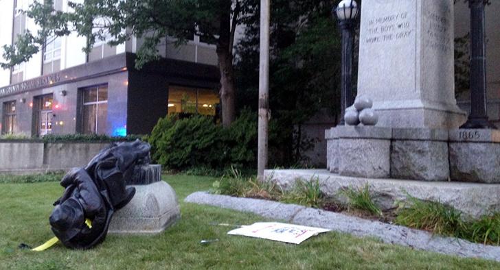 Фото №1 - Дональд Трамп разрешил сажать на 10 лет за снос памятников