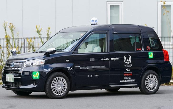 Современное такси фирмы Toyota с традционными «фендамирами»
