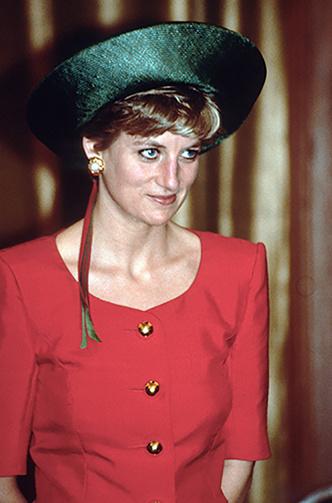 Фото №67 - 60 красных нарядов: как принцесса Диана носила любимый цвет