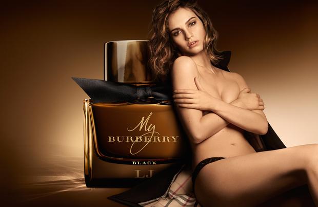 Фото №1 - Лили Джеймс снялась в рекламе аромата Burberry Black