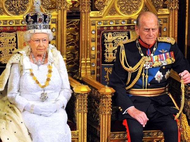 Фото №2 - Королева нарушила многолетнюю традицию (и собственные правила стиля)