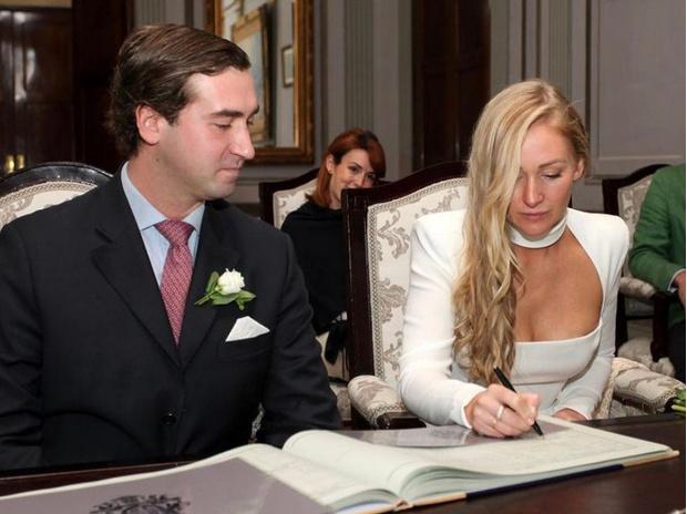 Фото №1 - Эффектное декольте и минимум гостей: как прошла последняя королевская свадьба 2020 года