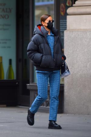 Фото №4 - Зимний образ для мам (и не только): Ирина Шейк в пуховике и костюме из денима на прогулке с дочерью
