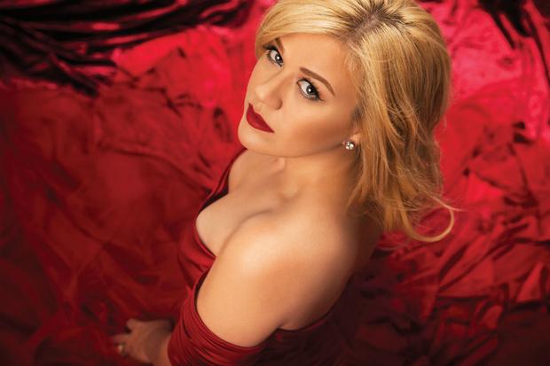 Фото №1 - Келли Кларксон в милом рождественском видео Wrapped in Red