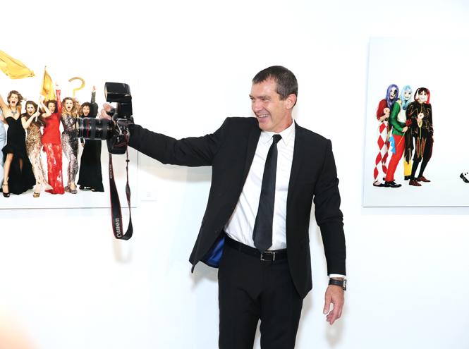 Фото №1 - Антонио Бандерас собрал звезд на открытии собственной фотовыставки в Москве