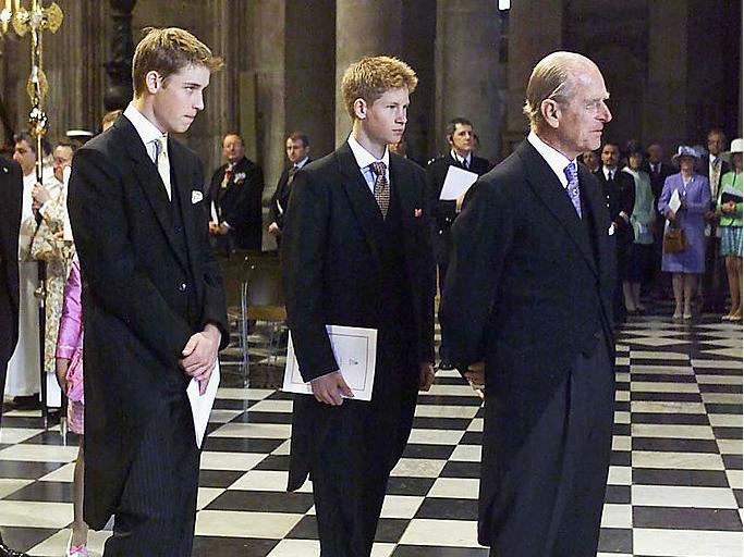 Фото №8 - Любимый дедушка: 25 самых трогательных фото принца Филиппа с внуками
