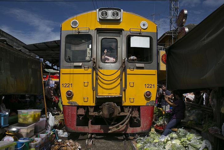 Фото №1 - Рынок в Таиланде, через который несколько раз в день проезжает поезд (фото и видео)