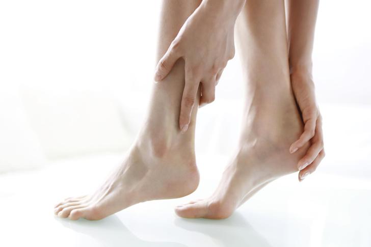 Фото №2 - Кому точно не подойдут носочки для педикюра ❌