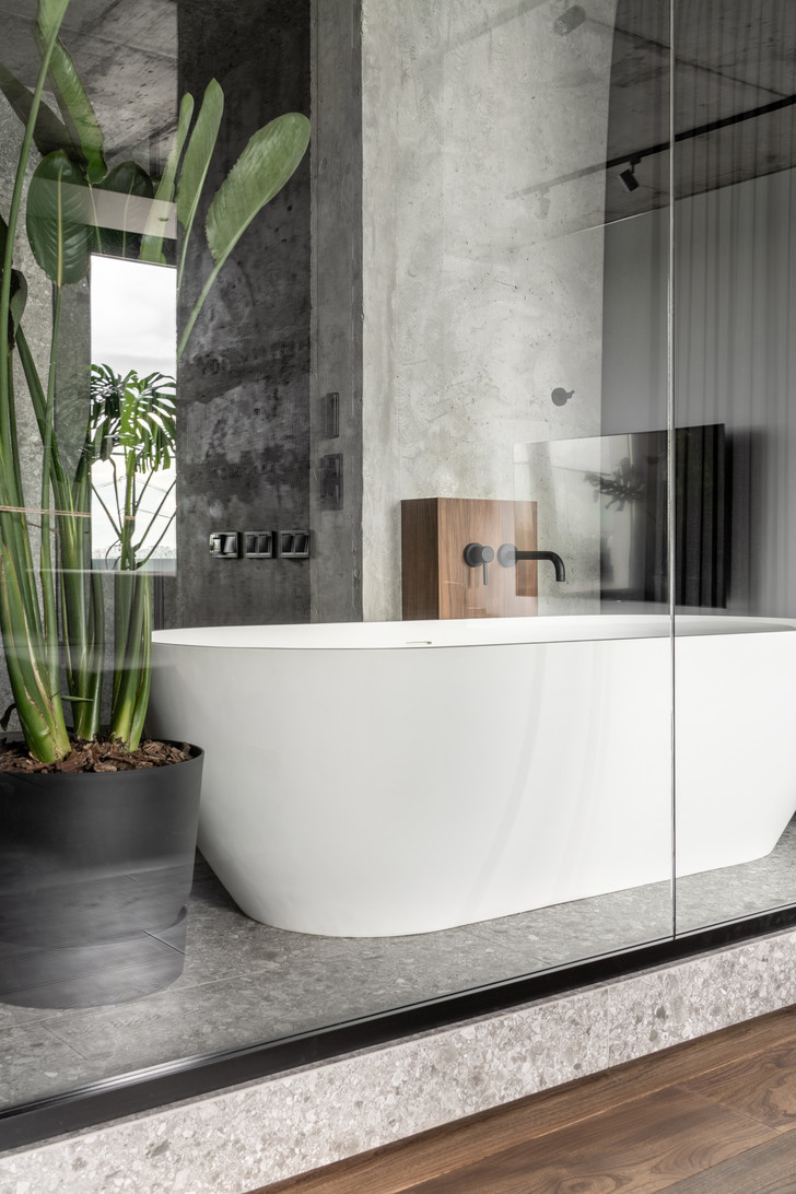 Фото №18 - Брутальная квартира 82 м² с ванной за стеклом