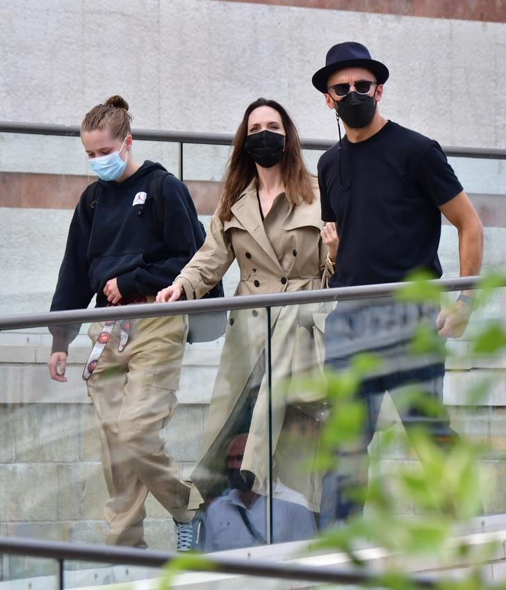 Фото №3 - Анджелина Джоли в Венеции с красивым незнакомцем и в любимом тренче