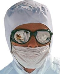 О том, что зрение можно корректировать при помощи различных приспособлений, люди знали очень давно. Об этом свидетельствуют археологические находки, сделанные при раскопках в Египте, Греции и Месопотамии, когда были найдены линзы из горного хрусталя и берилла. Линзам, обнаруженным на месте легендарной Трои, не меньше 4,5 тысячи лет. Первые солнечные очки, вероятно, начали использовать жители Заполярья, чтобы защитить глаза от ослепляющего сияния солнца и снега. Это была жизненная необходимость, ведь свет, отражающийся от поверхности снега, особенно весной, столь ярок, что легко приводит к ожогу роговицы глаз — снежной слепоте.