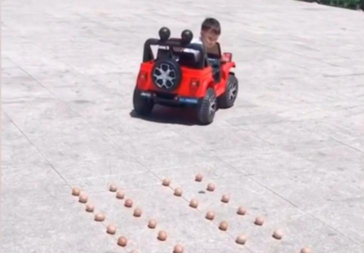 Фото №1 - Четырехлетний пацан показывает класс на игрушечной машинке и паркуется как профи (видео)