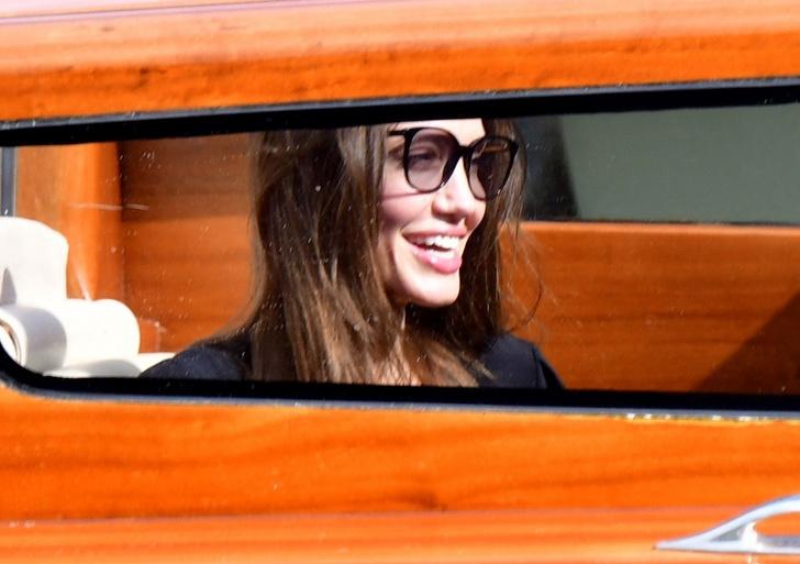 Фото №4 - Анджелина Джоли в Венеции с красивым незнакомцем и в любимом тренче