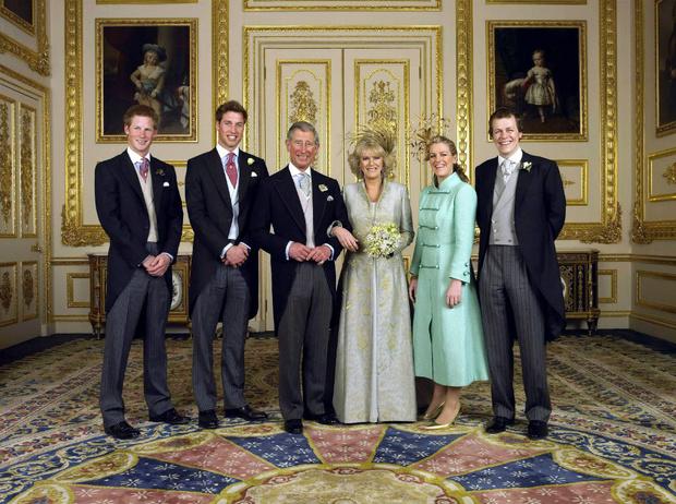 Фото №2 - Смешанные чувства: о чем говорит язык тела Гарри и Уильяма в день свадьбы Чарльза и Камиллы