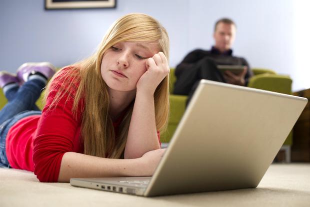 Фото №1 - Вопрос дня: Что делать, если родители не обращают на меня внимания?