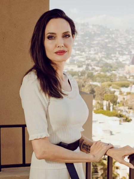 Фото №1 - Джоли надела сандалии, в которых невозможно и шагу ступить