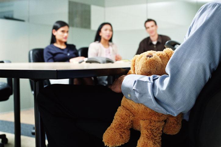 Плюшевый медведь в руках бизнесмена