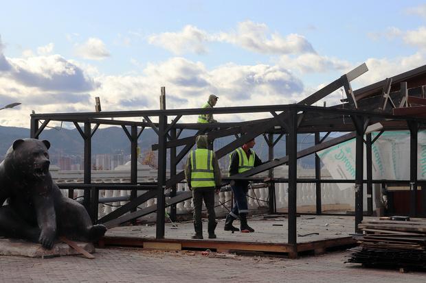 Фото №2 - В Красноярске начали сносить незаконные кафе у Центрального парка