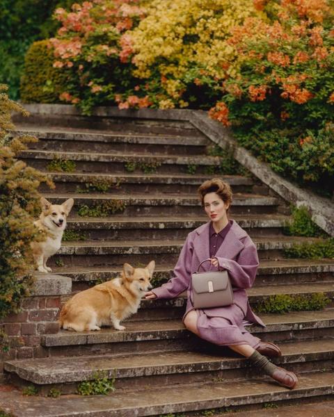 Фото №5 - Первая модель-трансгендер Chanel предстала в новой фотосессии в образе Елизаветы II